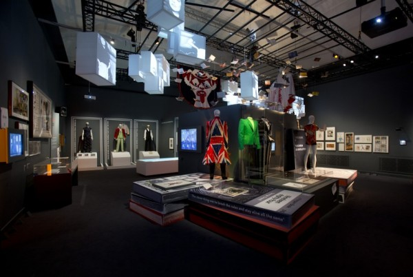 david-bowie-victoria-albert-museum-04-600x402